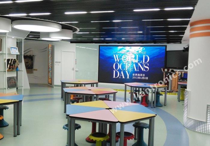 Affichages LED dans la salle de classe multifonction