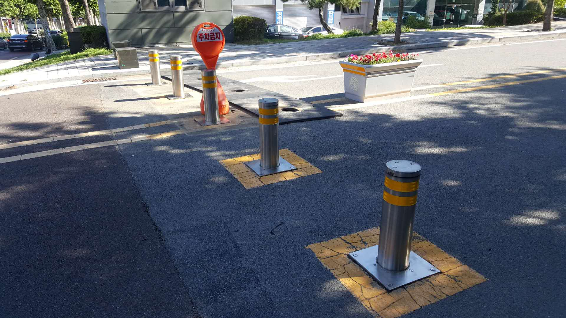 Semi-automatic bollards