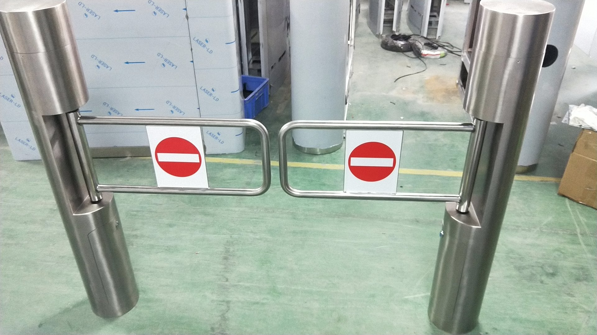 Swing turnstile gate